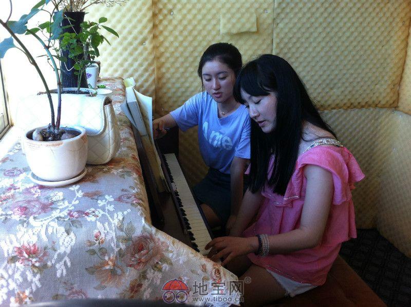 美女老师为我们学员上钢琴课呢!